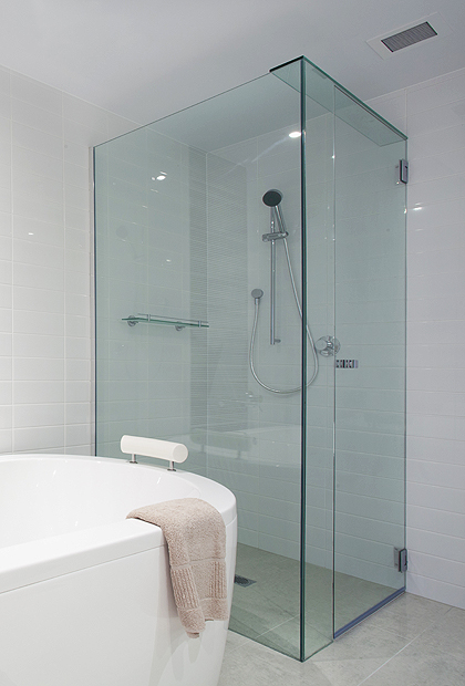 SSI True frameless UV bonded corner shower enclosure with Uv bonded glass support bar installed.
