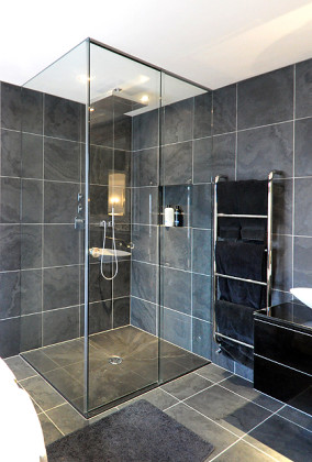 A Luxury bathroom in London with SSI True Frameless sliding enclosure to ceiling with recess sliding track.
