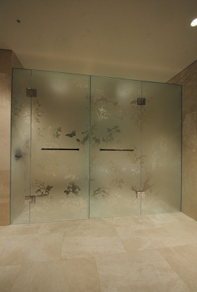 An exclusive luxury bathroom in London with acid etched (frosted) glass WC and shower combination enclosure. Installed by SSI True Frameless.
